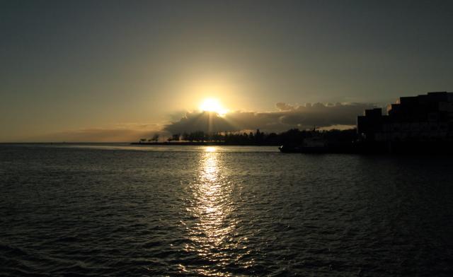 272コンテナを積んだ船と夕陽