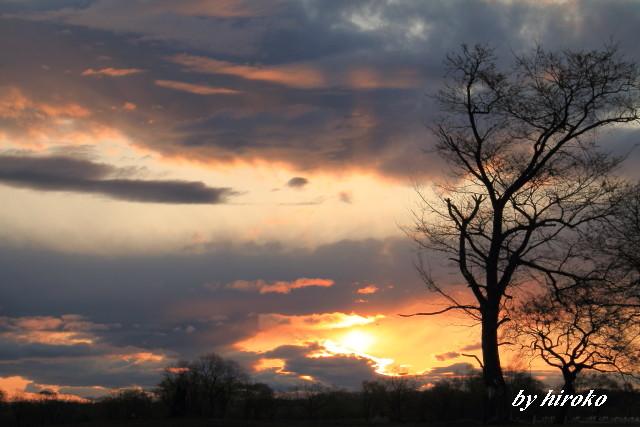 041厚い雲の間からの日の出