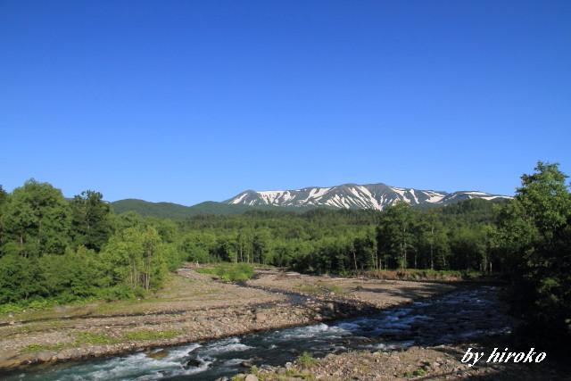 032深緑と渓流.と残雪の山JPG