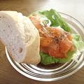 スモークサーモンと野菜のサンド