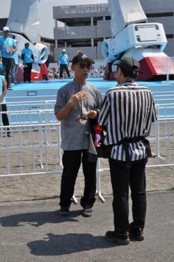 ガンダムの前でインタビューを受ける富野さん