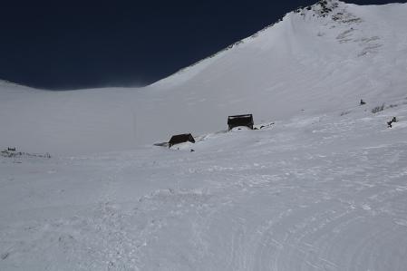 今日は肩の小屋手前の小屋にスノーシューをデポ