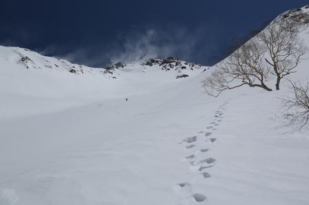 飛騨沢の広大な斜面を行く