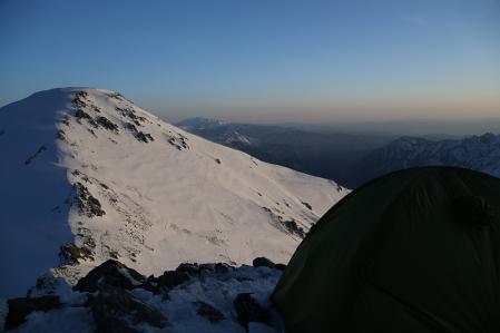 1.5時間かけて建てたテント。目の前絶景。