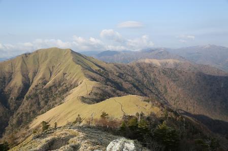 剣山頂上から縦走路を眺める