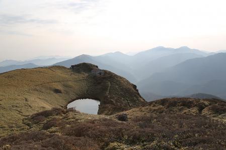三嶺避難小屋と池、奥には剣、次郎笈