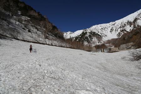 針ノ木雪渓を行く
