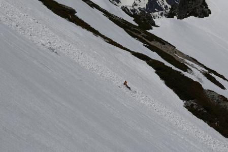 雪崩に巻き込まれたスキーヤー