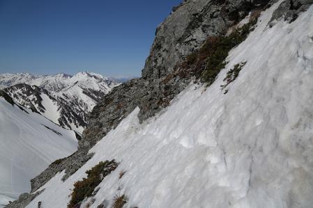 頂上からスバリへの道は一部嫌なトラバース