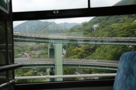 バスからループ橋を望む