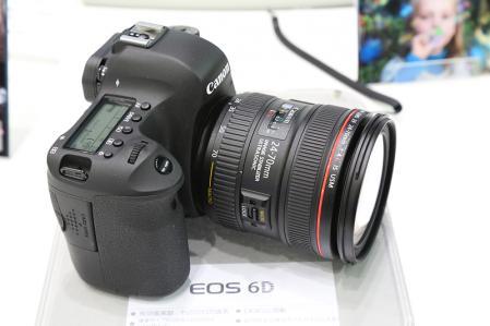 標準レンズのEF24-70F4L はズームロック付