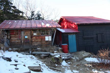 越百小屋の隣に冬期小屋(避難小屋)があったんだが。。。