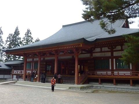 斜めから見た毛越寺