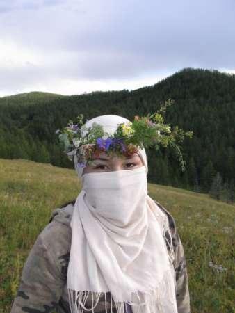 自作の花の冠をつけたガイドのヒシゲさん