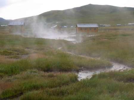 源泉(温水が湯気を出し流れる)