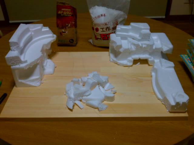 紙粘土でカタチ作り