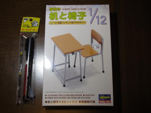 机と椅子とガンダムマーカー