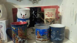 戸棚の中でーす 上とか左とかに見えてるのもクリスマスグッズ