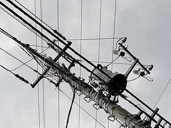 地震で電線や送電線が激しく揺れてます