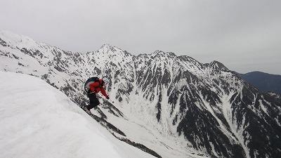 西穂高岳独標からドロップするホダカ。
