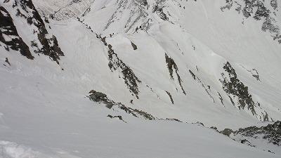 奥穂高岳直登ルンゼ1ピッチ目を滑降するホダカ。
