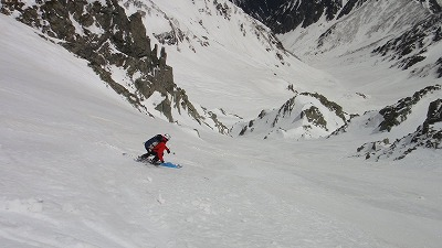 奥穂高岳直登ルンゼ2ピッチ目を滑降するホダカ。
