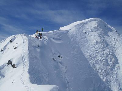 最後は美しい雪稜を歩いて雨飾に登頂