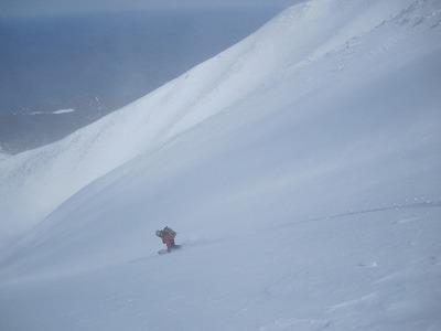 利尻岳北面へドロップするガイドの渡辺さん。