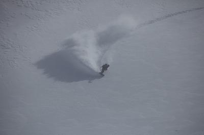 利尻岳の大斜面を滑降するアシスタントの本村さん