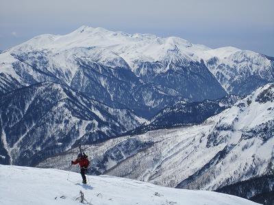 西穂独標に向けて稜線をハイクするメッツさん。背景は笠ヶ岳。