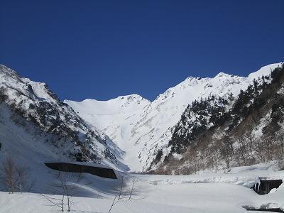 針ノ木雪渓から見た針ノ木岳。
