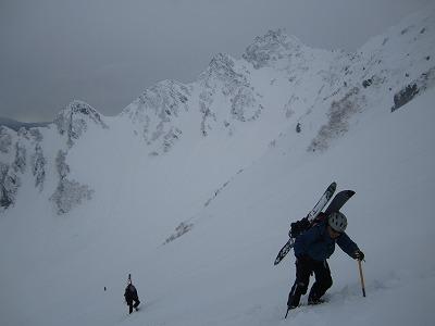 穂高岳山荘に向けてはいくするツアー参加者。