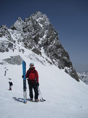 槍沢滑走前に槍ヶ岳をバックに記念撮影。