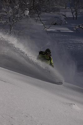 尻別岳北面を滑るアニキ。