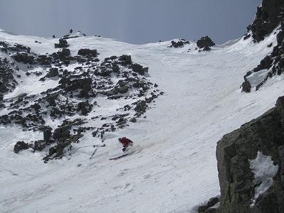 奥穂高岳直登ルンゼ1ピッチ目を滑降するメッツさん。
