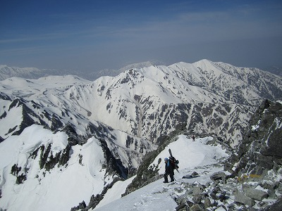 剱岳山頂へ向けて稜線を歩くたんちゃん。