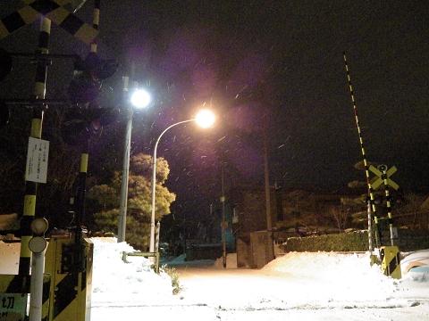 夜の踏み切り、寒い!