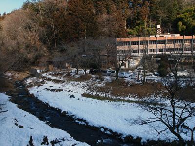 梨木館と深沢川