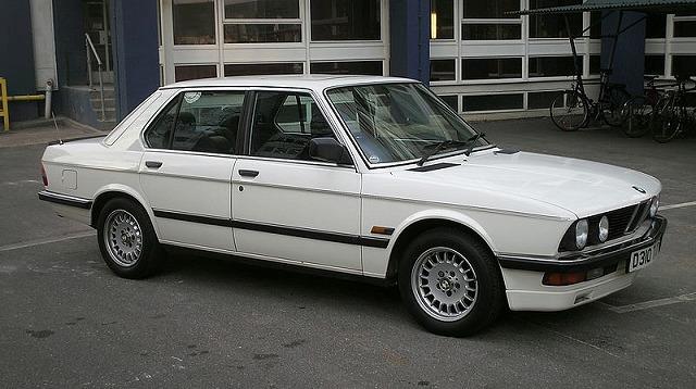 800px-1987_BMW_520i_LUX.jpg