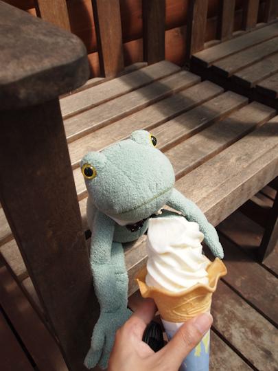 ソフトクリームを食べるカエル君