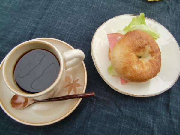 コーヒーにベーグル