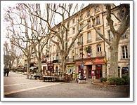 南フランスの町の広場