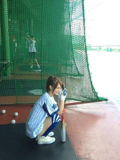 野球をする女優