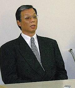 辞任が決まり、記者会見で頭を下げる全日本柔道連盟の吉村和郎強化担当理事