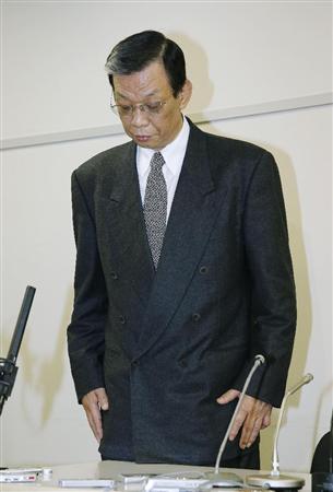 辞任が決まり、記者会見で頭を下げる全日本柔道連盟の吉村和郎強化担当理事5日
