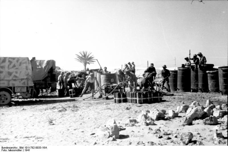 Bundesarchiv_Bild_101I-782-0033-16A,_Nordafrika,_Umfüllen_von_Treibstoff_oder_Wasser