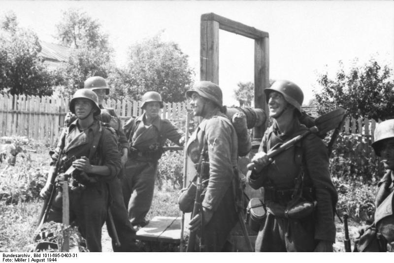 Bundesarchiv_Bild_101I-695-0403-31,_Warschauer_Aufstand,_deutsche_Soldaten_neben_Brunnen