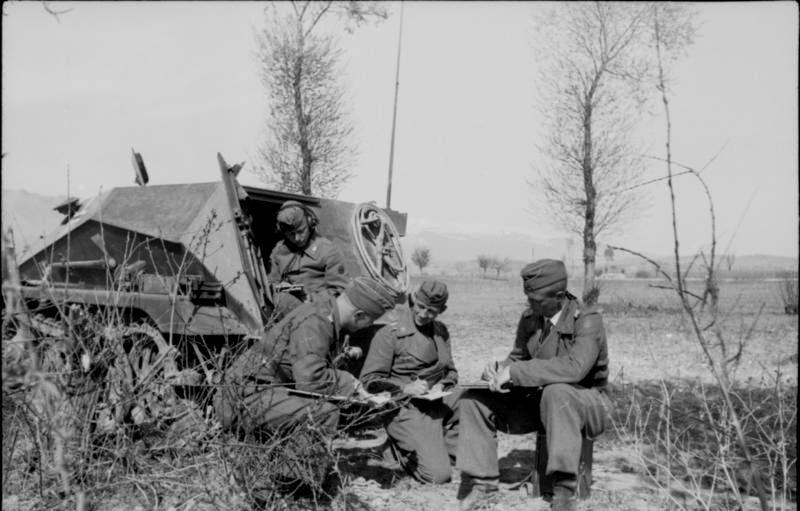 Bundesarchiv_Bild_101I-162-0283-11A,_Bulgarien,_Soldaten_vor_Sch#252;tzenpanzer