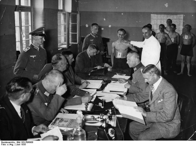 Bundesarchiv_Bild_183-R96908,_Potsdam,_Musterung_f#252;r_die_Wehrmacht