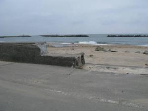 河原子海水浴場の堤防が崩れていました